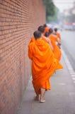 Mnichów buddyjskich chodzić Zdjęcia Royalty Free