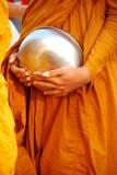 Mnichów buddyjskich datków puchar, Tajlandia Obraz Royalty Free
