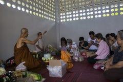 Mnich buddyjski błogosławi ludzi które robią wielkiej zasłudze Fotografia Stock