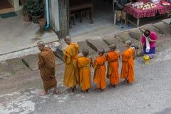 Mnich buddyjski dostaje datki obrazy royalty free