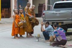 Mnich buddyjski dostaje datki fotografia stock
