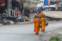 Mnich buddyjski dostaje datki fotografia royalty free