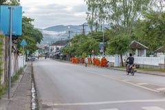 Mnich buddyjski dostaje datki zdjęcia stock