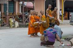 Mnich buddyjski dostaje datki zdjęcia royalty free