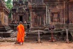 Mnich buddyjski obserwuje Banteay Srei świątynię, Kambodża Fotografia Royalty Free