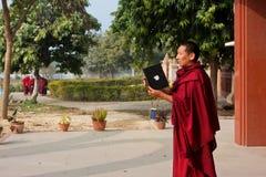 Mnich buddyjski próby brać obrazek używać pastylka komputer Apple Zdjęcie Stock