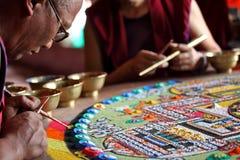 Mnich buddyjski robi piaska mandala Zdjęcia Royalty Free
