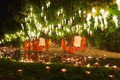 mnich buddyjski trzyma spławowego gorące powietrze balon w Yeepeng i Lo Obraz Stock