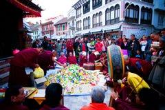 Mnich buddyjski zakłóca jedzenie, Nepal Zdjęcia Royalty Free