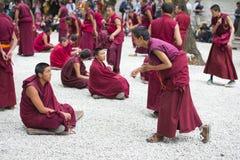 Mnicha buddyjskiego debatowania praktyki ï ¼ Œone pyta, sera monastery, Lhasa, Tybet fotografia stock