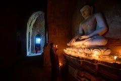 Mnicha buddyjskiego modlenie zdjęcia royalty free