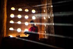Mnicha buddyjskiego modlenie Dodatku specjalnego światło zdjęcia royalty free