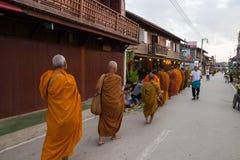 Mnicha buddyjskiego odprowadzenie pozwalać ludzi stawiać karmowe ofiary w alm Zdjęcie Stock