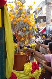Mnichom buddyjskim dają pieniądze ofiarze od ludzi przy rankiem Obraz Royalty Free