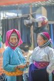 Mniejszość etniczna dwa kobiety opowiada each inny, przy starym Dong Van rynkiem Zdjęcie Stock