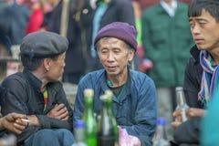 Mniejszość etniczna dwa mężczyzna opowiada each inny, przy starym Dong Van rynkiem Obrazy Stock