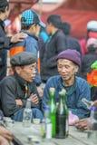 Mniejszość etniczna dwa mężczyzna opowiada each inny, przy starym Dong Van rynkiem Fotografia Royalty Free