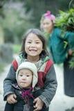 Mniejszość etniczna dwa siostry przy płuca krzywka wioską Fotografia Royalty Free