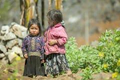 Mniejszość etniczna dwa siostry przy starym Dong Van rynkiem, Obraz Stock