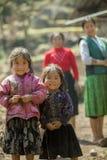 Mniejszość etniczna dwa siostry przy starym Dong Van rynkiem, Obrazy Royalty Free