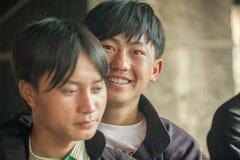 Mniejszość etniczna obsługuje uśmiecha się, przy starym Dong Van rynkiem obrazy royalty free