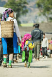 Mniejszość etniczna syn przy starym Dong Van rynkiem i matka, Fotografia Royalty Free