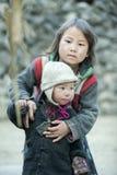 Mniejszości etnicznej dziecko przy płuca krzywka wioską zdjęcia royalty free