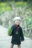 Mniejszości etnicznej dziecko przy płuca krzywka wioską zdjęcia stock