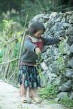 Mniejszości etnicznej dziecko przy płuca krzywka wioską Fotografia Royalty Free