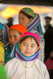 Mniejszości etnicznej kobieta ono uśmiecha się, przy starym Dong Van rynkiem zdjęcia royalty free