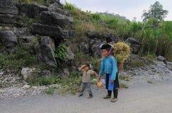 Mniejszości etnicznej kobieta z jej dziećmi Zdjęcia Royalty Free