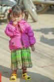 Mniejszości etnicznej dziecko przy starym Dong Van rynkiem, Zdjęcia Royalty Free