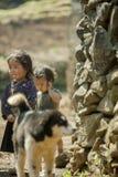 Mniejszości etnicznej dziecko przy starym Dong Van rynkiem, Zdjęcia Stock