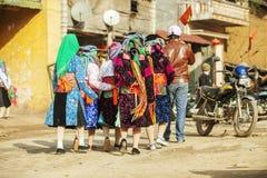 Mniejszości etnicznej kobiety odprowadzenie przy starym Dong Van rynkiem, Fotografia Stock