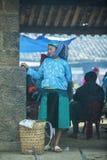 Mniejszości etnicznej kobiety pozycja przy starym Dong Van rynkiem, Obraz Royalty Free