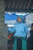 Mniejszości etnicznej kobiety pozycja przy starym Dong Van rynkiem, Obraz Stock