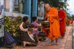 Mnisi buddyjscy dostaje datki zdjęcia royalty free