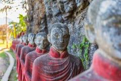 Mnisi buddyjscy drylują statuy wiosłują przy Kawa Ka Thaung jamą, Hpa-an, Myanmar obrazy stock
