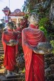 Mnisi buddyjscy drylują statuy wiosłują przy Kawa Ka Thaung jamą, Hpa-an, Myanmar zdjęcie royalty free