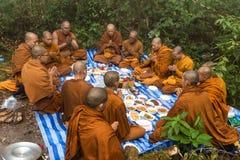 Mnisi buddyjscy ono modli się w naturze Fotografia Stock