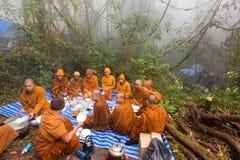 Mnisi buddyjscy ono modli się w naturze Obraz Royalty Free