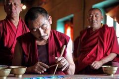 Mnisi buddyjscy robi piaska mandala Zdjęcia Royalty Free