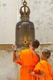 Mnisi buddyjscy uderzają dzwon modlitwa. Obraz Royalty Free