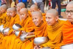 Mnisi Buddyjscy Zbiera datki z okazji Buddha Jayant obrazy stock