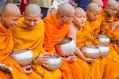 Mnisi Buddyjscy Zbiera datki z okazji Buddha Jayant zdjęcia royalty free
