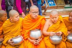 Mnisi Buddyjscy Zbiera datki z okazji Buddha Jayant zdjęcia stock