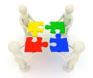 Männer 3d, die zusammengebaute Puzzlestücke anhalten Lizenzfreie Stockfotos