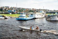 Männer auf Wasser im Motorboot Lizenzfreies Stockbild