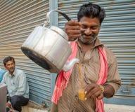 Männer gießt Milchtee Inderart der Schale heiße Lizenzfreie Stockbilder