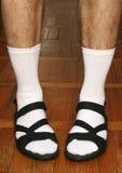 Männer ` s Füße in den Sandalen Lizenzfreie Stockfotografie